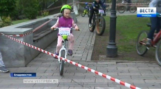 在六一儿童节,符拉迪沃斯托克青少年参加运动和应用技能比赛