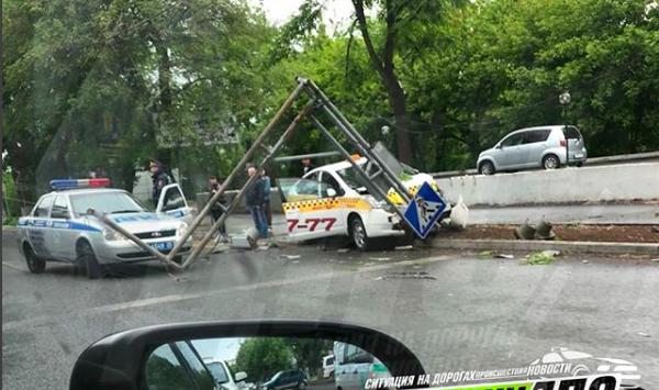 Таксист снес мачту светофора во Владивостоке (фото)